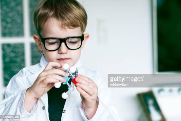 男子生徒は、分子構造を持つ実験 scienticfic