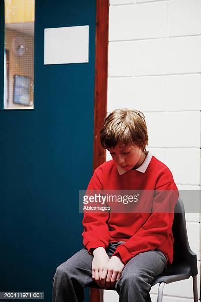 小学生の男の子(11 ~13 日)には椅子に座って、頭のリボンのスクール形式