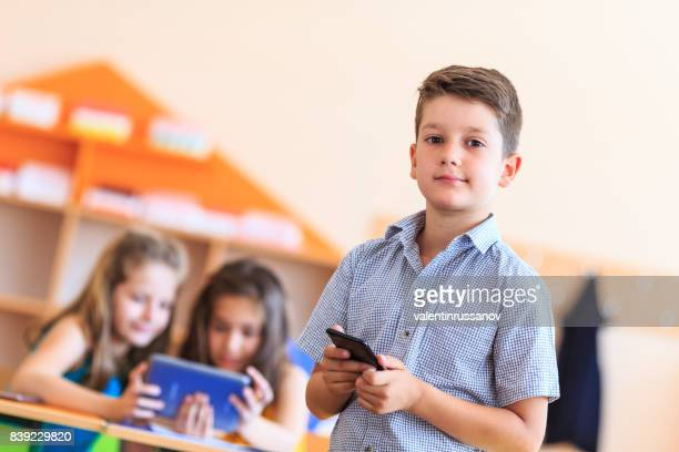 Schüler nutzen ein Handy im Unterricht