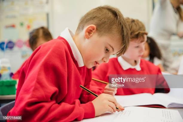 colegial en su clase de primaria - cultura británica fotografías e imágenes de stock
