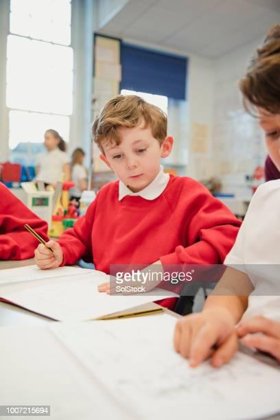 Schüler arbeiten in seiner elementaren Klasse