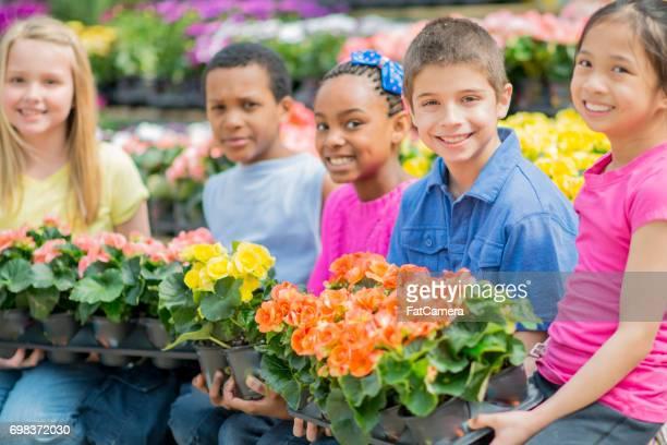 Schoolkinderen samen tuinieren