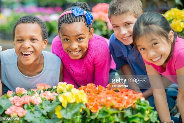 Schoolkinderen neiging om bloemen