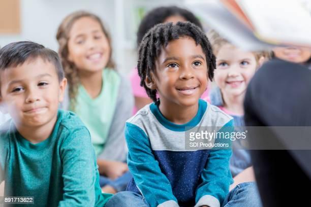 Écoliers visiter la bibliothèque de l'école pour l'heure du conte