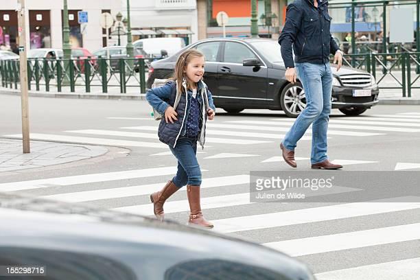 schoolgirl crossing a road - trilha passagem de pedestres - fotografias e filmes do acervo