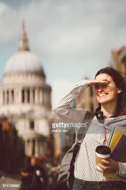 Schulmädchen in London Abschirmung Augen