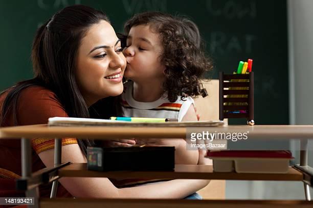 Schulkind-Nur Mädchen (2-3) Küssen Lehrer