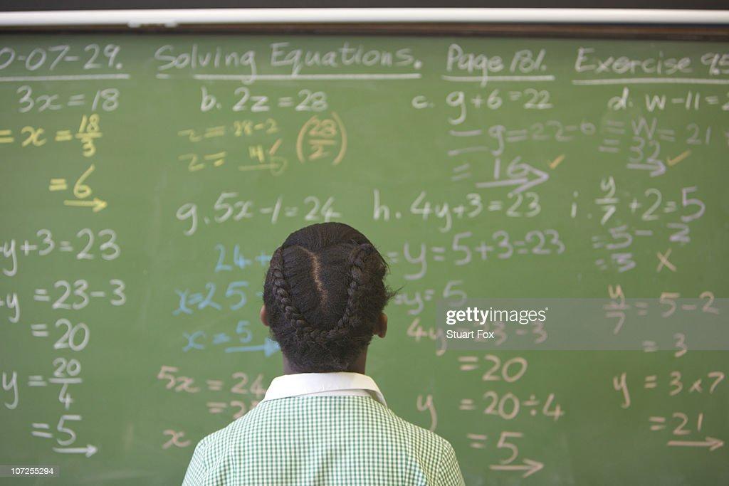 Schulkind-Nur Mädchen Blick in die Tafel mit algebra Sum, KwaZulu Nata : Stock-Foto