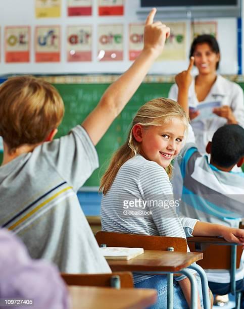 Schulkind-Nur Mädchen lächelnd und suchen Sie sich