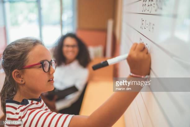 estudante de matemática na lousa branca na classe de resolução - solução - fotografias e filmes do acervo
