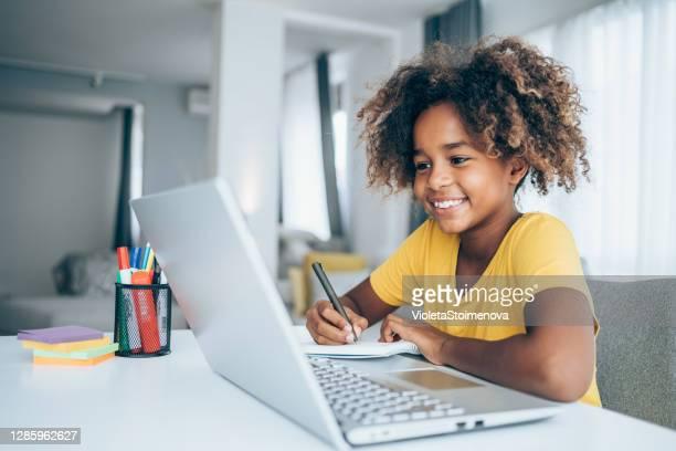 estudante estudando com vídeo aula online em casa. - criança - fotografias e filmes do acervo
