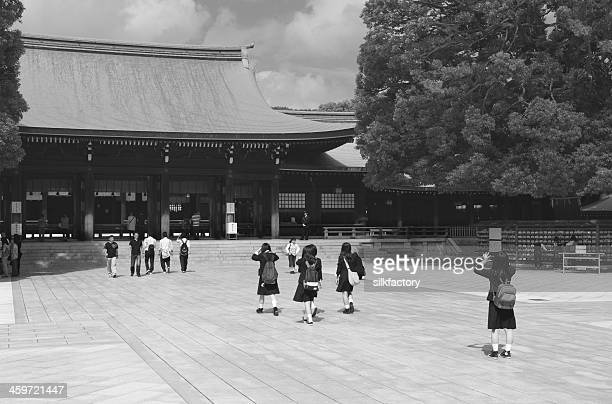女子学生の制服の神社