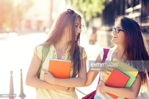 Colegialas caminando en la calle y riendo