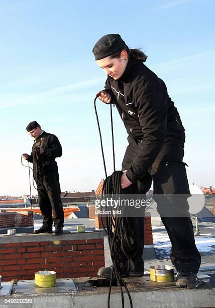 Schornsteinfeger Auszubildende auf einem Dach in der Kranoldstrasse Neukoelln