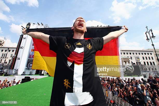 schrei auf der Bühne Per Mertesacker Deutschland Rückkehr der Deutschen Fussball Nationalmannschaft nach dem Titelgewinn Weltmeister nach Deutschland...