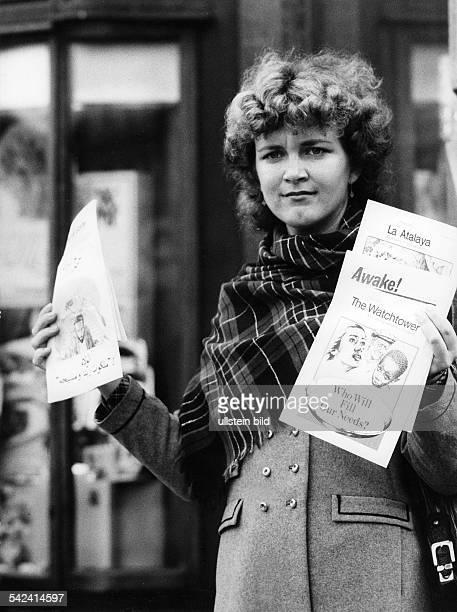 Schriften der 'Zeugen Jehovas' werden auf der Strasse angeboten1984