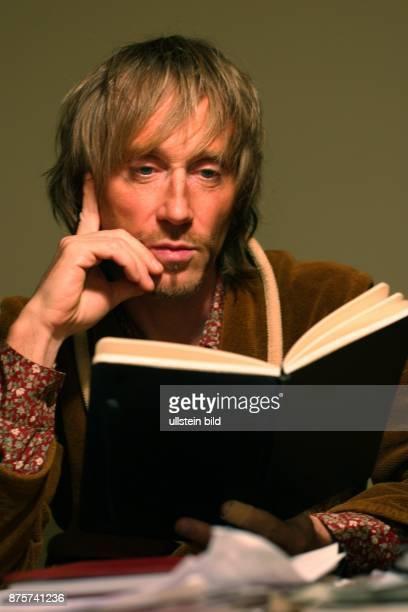 Schriftsteller, D Porträt mit Buch