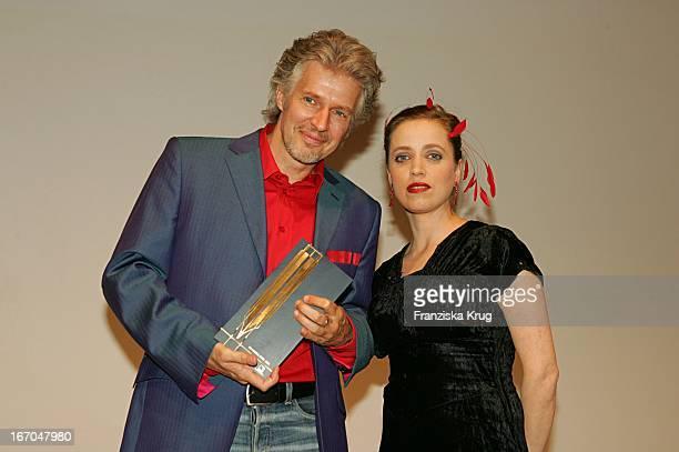 """Schriftsteller Frank Schätzing + Schauspielerin Anna Thalbach Bei Der Verleihung Der """"Goldenen Feder"""" In Der Handelskammer In Hamburg ."""