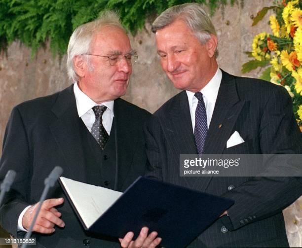Schriftsteller Martin Walser bekommt vom Vorsteher des Börsenvereins des Deutschen Buchhandels Gerhard Kurtze den Friedenspreis des Deutschen...