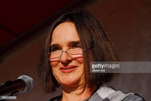 Schriftstellerin Daniela Dahn spricht während einer Kundgebung der Partei Die Linke in Berlin unter dem Motto Bundeswehr raus aus Afghanistan gegen...