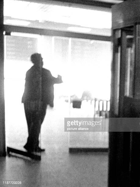 Durch die Glastüren hindurch forografiert zeigt dieses dpaBild einen bayerischen Grenzpolizisten mit gezogener Waffe bei einem Schusswechsel mit den...