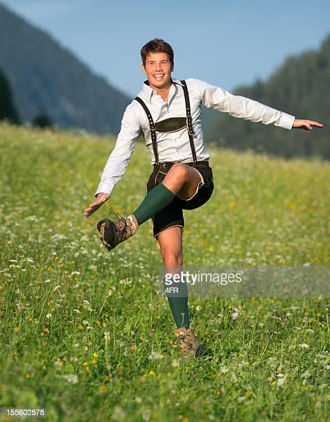 Schuhplattler, gut aussehender Mann in Lederhose-Trachtenmode (XXXL)