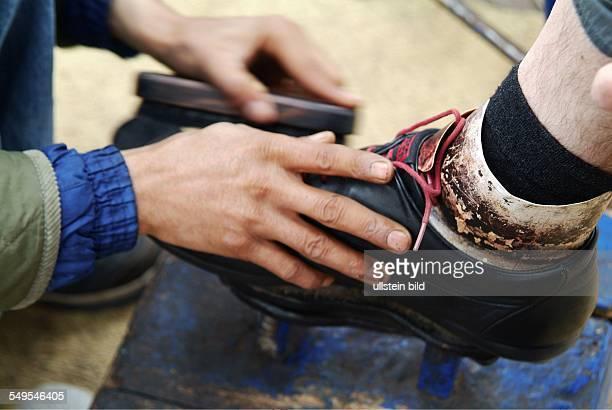 Schuhputzer in der Altstadt von Marrakesch Marokko März 2007