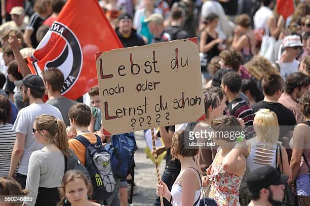 Schulstreik in Berlin Schüler und Studenten demonstrieren für bessere Bildung