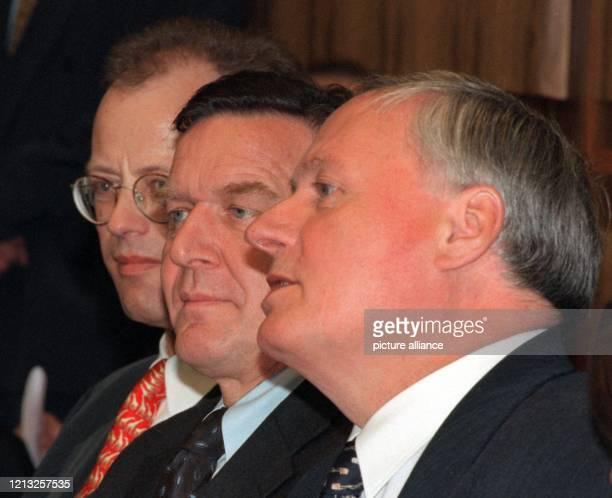 Schulter an Schulter sitzen der SPD-Bundestagsfraktionsvorsitzende Rudolf Scharping, der niedersächsische Ministerpräsident Gerhard Schröder und der...