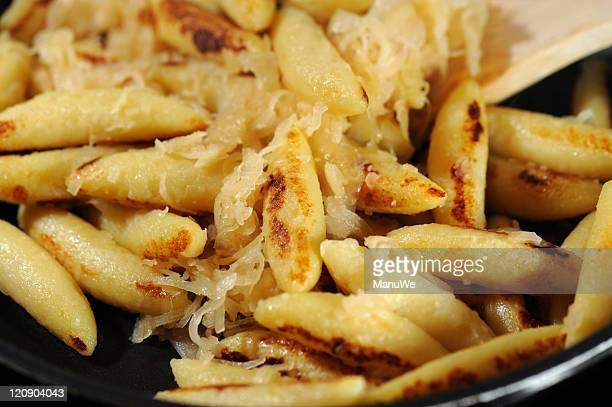 schupfnudeln with sauerkraut swabian meal close-up - zuurkool stockfoto's en -beelden