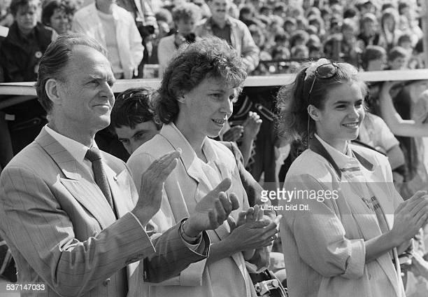 Schur Gustav Adolf 'Taeve' * Radrennfahrer Politiker DDR mit Rosemarie Ackermann und Katharina Witt undatiert