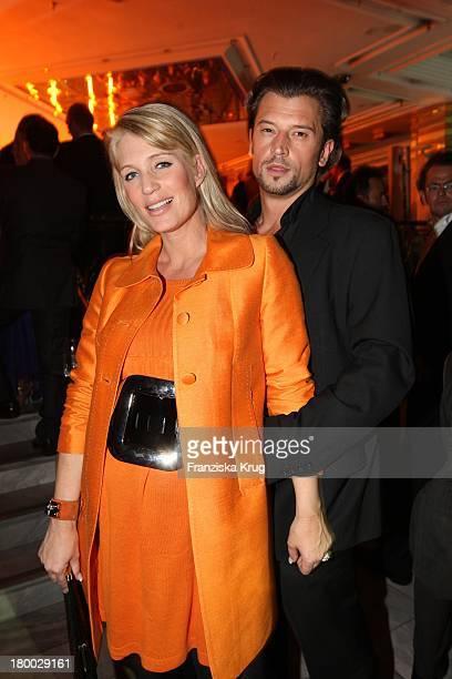 Schwangere Sarah Kern Und Ehemann Goran Munizaba Bei Der Starlight Yellow Premiere Von Veuve Clicquot In Der Clicquot City In München
