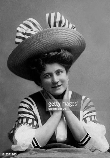 Schwarz Mimi Actress Portrait with a broadbrimmed straw hat 1908 Photographer Ludwig GutmannVintage property of ullstein bild