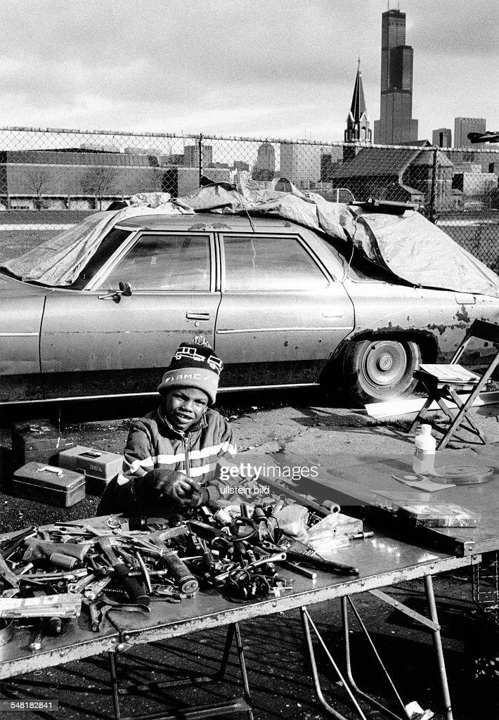 USA Chicago - Farbiger Junge verkauft an der Strasse Werkzeug : News Photo