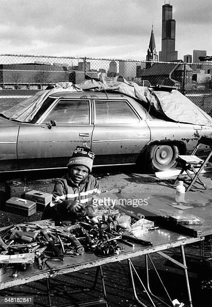 Schwarzer Junge hinter seinem Flohmarktstand im Hintergrund der SearsTower 1985