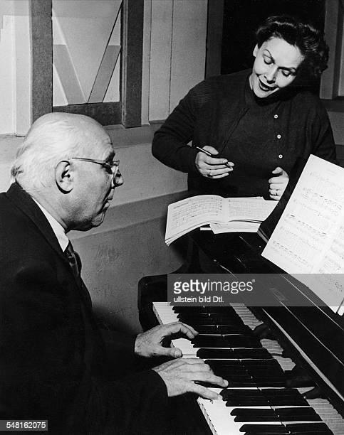 Schwarzkopf Elisabeth * Opernsaengerin Sopran D/ GB bei Proben mit dem Pianisten Walter Gieseking 1958