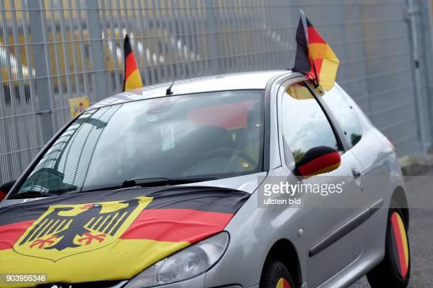 Schwarzrotgold geschmücktes Auto in BerlinLichtenberg anlässlich der FußballEuropameisterschaft 2016