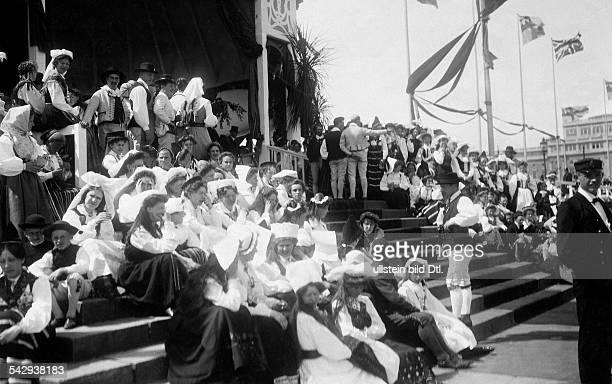 Schweden in ihren Trachten erwarten an den Landungsbrücken in Stockholm die Ankunft des Prinzenpaares. Gustav VI. Adolf von Schweden und Ehefrau...