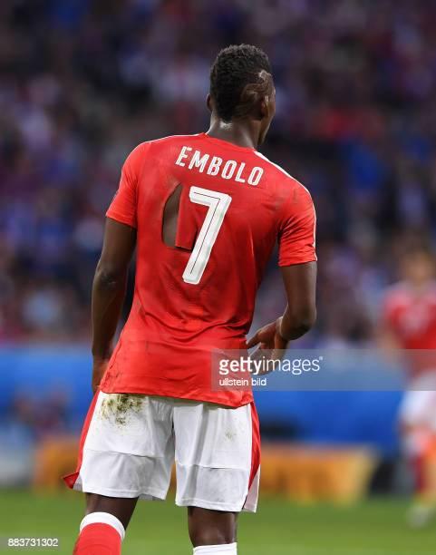 FUSSBALL Schweiz Frankreich Bei dem Trikot von Breel Embolo fehlt es an einer Stelle etwas an der Materialdichte