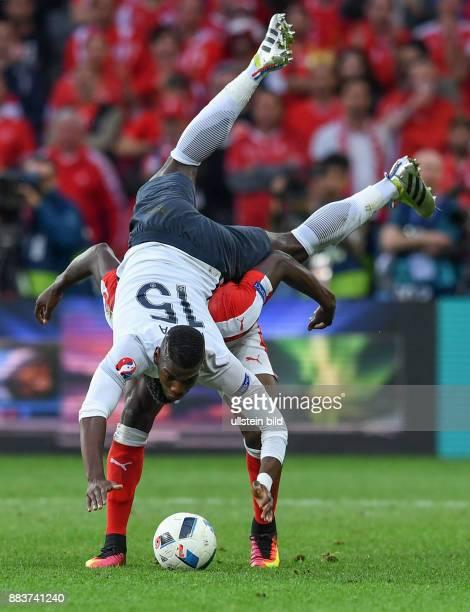 FUSSBALL Schweiz Frankreich Breel Embolo schultert Paul Pogba