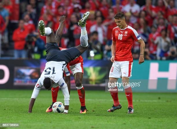 FUSSBALL Schweiz Frankreich Breel Embolo schultert Paul Pogba Rechts Granit Xhaka