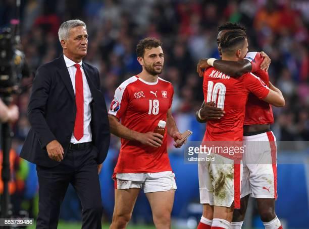 FUSSBALL Schweiz Frankreich Trainer Vladimir Petkovic Admir MehmediAndrePierre Gignac und Kingsley Coman freuen sich nach dem Abpfiff