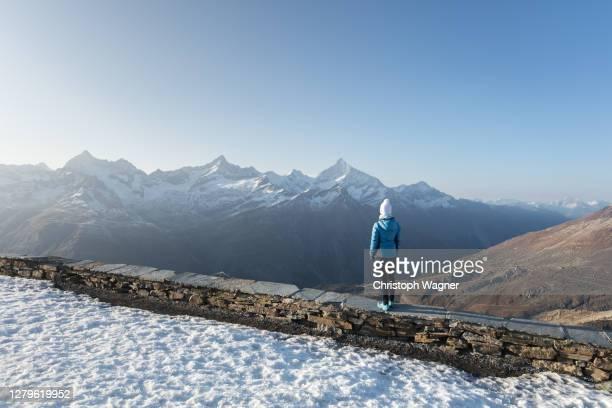 schweiz - frau in den bergen beim wandern - frau photos et images de collection