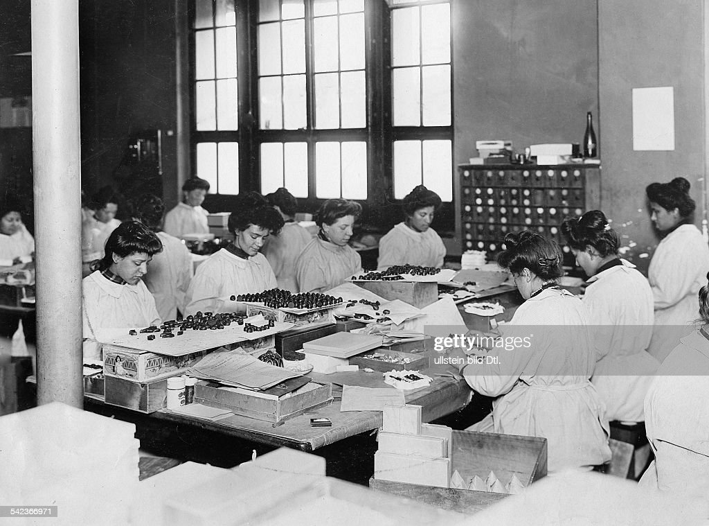 Schokoladenfabrik Kohler, Pralinen werden verpackt, um 1908 : News Photo