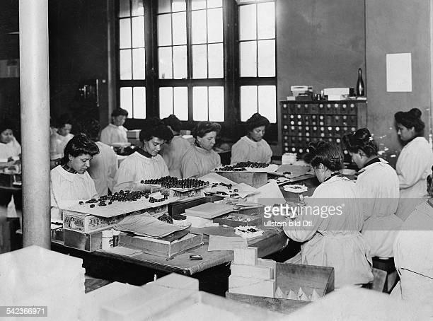Schweiz Schokoladenfabrik KohlerArbeiterinnen verpacken Pralinen undatiert um 1908veröffentlicht Allgemeine Vossische Zeitung 29/1923Bild ist Teil...