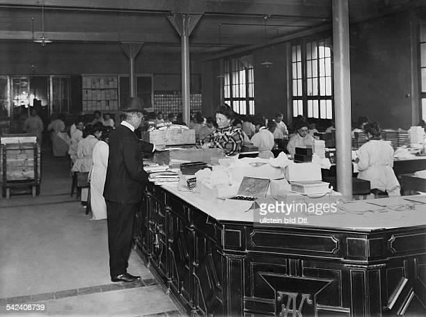 Schweiz Schokoladenfabrik Kohlerdie Abteilung Verpackung und Versand undatiert um 1910Bild ist Teil einer Serie