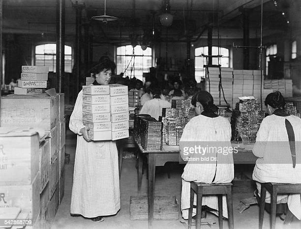 Schweiz Schokoladenfabrik KohlerHerstellung der Gala Peter Schokolade Frauen beim Verpacken undatiert um 1908Bild ist Teil einer Serie