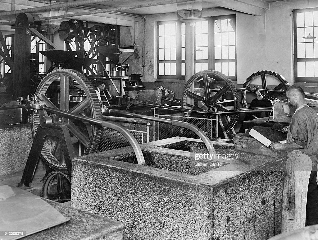 Schokoladenfabrik Kohler, Arbeiter in der Produktion, um 1910 : News Photo