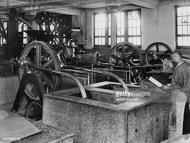 Schweiz Schokoladenfabrik KohlerMischmaschinen undatiert um 1910Bild ist Teil einer Serie