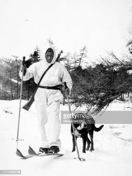 Schweizer Gebirgssoldat mit Hund, um 1940